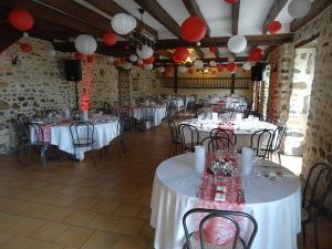 salle avec tables rondes et rectangulaires - Gite Sarthe Mariage